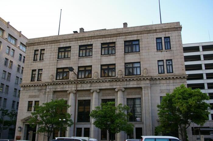 チャータード銀行の神戸支店だったビル。昭和13年に建てられました。2階まで貫いている中央の3本の柱は、当時の銀行建築に多く見られたものだそうです。