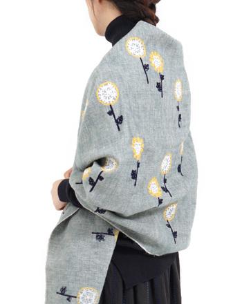 フィンランドでも良く見られる可愛い花、エキノプス(ルリタマアザミ)を刺繍で散りばめたショールは、羽織りもの・マフラー・ひざ掛けなど自在に使える程良い厚み。手作りならではのぬくもりが感じられるデザインです。