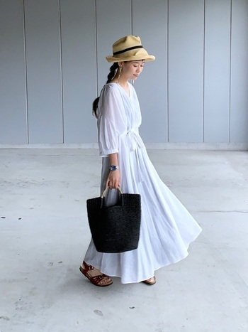 くしゃっとコンパクトに畳んで持ち歩くことができるこちらの麦わら帽子。被る前に少し直すだけでOKです。通気性があって夏でも快適。シワの風合いを生かして被っても素敵です。白ワンピースと合わせてリゾート風な印象に。