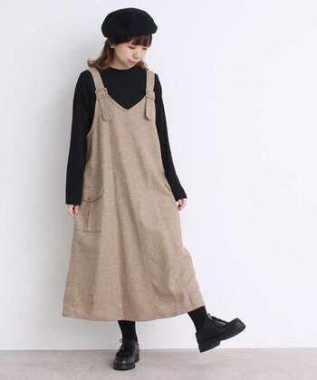 ジャンパースカートなら、初心者さんでも手軽にワンピ×インナーの着こなしが楽しめます。キュートな印象のベージュワンピは、ほかのアイテムを黒でまとめて大人かわいいスタイルに。