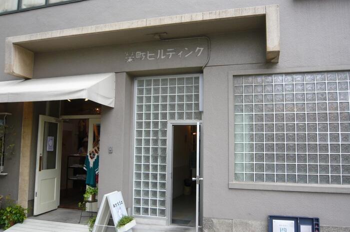 海岸通と同様にレトロな建物も残っていて、そのビル内にもショップやカフェが入っています。榮町ビルディングはそんなレトロビルのひとつです。