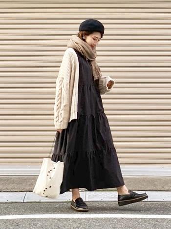 ガーリーなティアードワンピは、ローゲージカーデをふわりと羽織ってやわらなか印象に。カーデと同系色のストールをぐるぐると巻くことで、見た目にも暖かさを感じさせる着こなしになります。