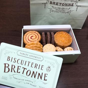 「クッキーアソルティ〈缶〉」は、オリジナルの缶が素敵なクッキーの詰め合わせ。「フランボワーズ」「ガレット・ブルトンヌ ドゥミ」など、一枚一枚丁寧に焼き上げたクッキーを詰め合わせています。