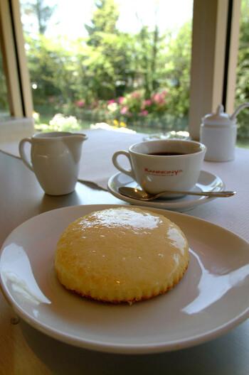 神戸の人気スイーツとして有名な、観音屋のデンマークチーズケーキが頂けます。一般的なチーズケーキと異なり、スポンジケーキにデンマーク直輸入のチーズがかけられています。甘じょっぱいテイストは、新鮮でありながら癖になるおいしさ!