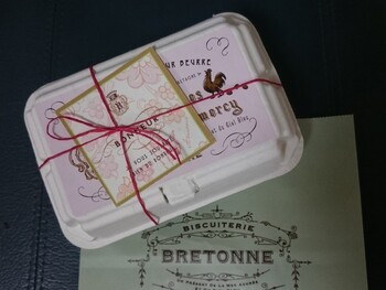 「プティ・マドレーヌ」は、お店が「かわいい贈り物」として提案するマドレーヌの詰め合わせ。 ミニサイズのかわいいたまごのパッケージに入れられてる、ユーモアのあるセット。ちょっとしたプレゼントやプチギフトにもおすすめです。