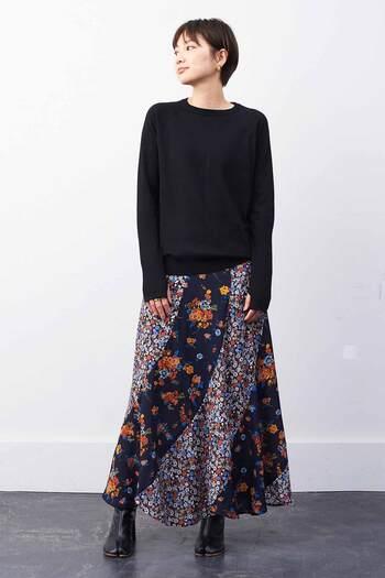 「ミュルーズ染織美術館」収蔵のヴィンテージパターンを、斜めのパネル切り替えであしらったマキシ丈スカート。花々の彩りがとても鮮やかで、シンプルなトップスととても相性が良いです。動くたびにたっぷりのフレアーで裾が揺れ、女性らしいラインを演出してくれますよ。