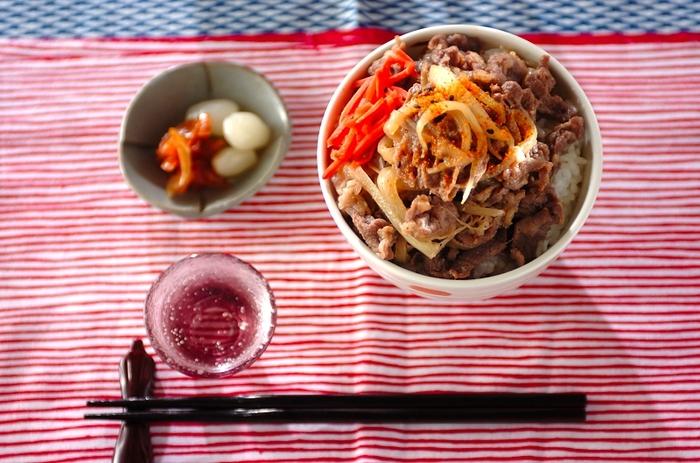 牛肉があるなら、牛丼の具材を下味冷凍しておきましょう。丼にするのはもちろん、うどんにのせれば肉うどんにもなりますね。玉ねぎごと冷凍することで味が染みやすく、クタクタになって美味しいですよ。