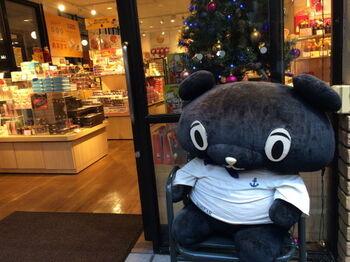 ハーバーランドには、神戸のおみやげ品を扱ったショップをはじめ様々なお店が立ち並んでいるので、海風を感じながら覗いてみましょう。