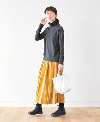 特殊なプリント加工で凹凸感を出した、シンプルな中にも個性が光るコール天のストライプスカートです。落ち着いたイエローは、ダークカラーをメインにした冬のコーディネートにも合わせやすいですね。
