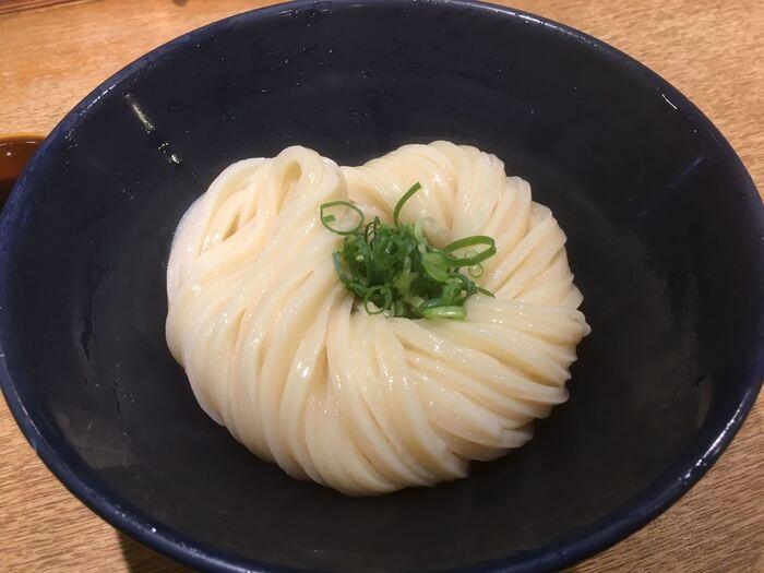 『醤油うどん』。つゆにはムロアジ、カツオの削り節、昆布に加えて香川県産の醤油が使われています。