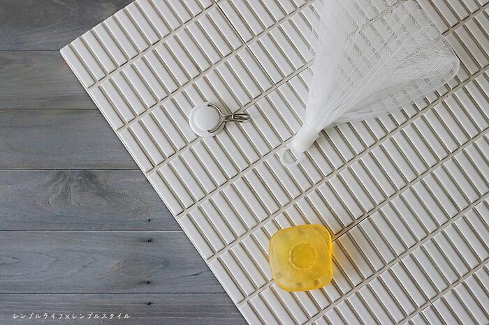 石けんをぬるま湯にくぐらせ、手のひらに取ってから泡立てネットで泡を作りましょう。しっかり泡立てたら、汚れを吸着させるように泡をクルクルと転がして洗います。 洗顔フォームは「レモン程度」の大きさの泡を目安に泡立てると良いでしょう。また乾燥肌さんは保湿成分が多い「透明の石けん」を選ぶと◎