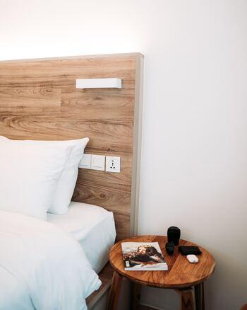 ホテルなどの宿泊施設から離れる際は、清掃員が部屋に入ることもあるので必ず貴重品はセーフティーボックスを利用することをおすすめします。貴重品の管理はいつも以上に、危機感を持って肌身離さないでおきましょうね。