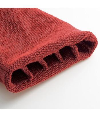 内側は、指の間に仕切りを設けた5本指仕様に!これなら、靴を脱ぐシーンでも、恥ずかしくありませんね。肌に触れる内側には、シルク混のさらさら生地を採用。やさしい履き心地の靴下です。