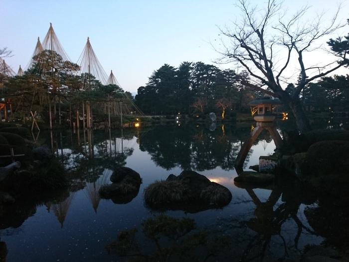 石川県金沢市のほぼ中心に位置し、約11.7万平方メートルと広大な敷地を誇る兼六園は、国の特別名勝に指定されている他、2009年3月発売の『ミシュラン観光ガイド』で最高評価の3つ星に選ばれています。もともとは、延宝4年(1676)、加賀藩の5代目藩主である前田綱紀が、金沢城近くに別荘を建てた際、その周辺を庭園にしたのが始まりといわれています。