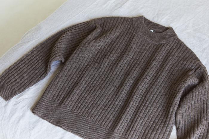 ワイドリブに編みたてた身頃に、ふっくらとしたモックネックが、コーディネートのバランスを整えてくれます。ダークモカブラウンがヤクの風合いをより引き立ててくれ、あたたかみを感じられる一枚。