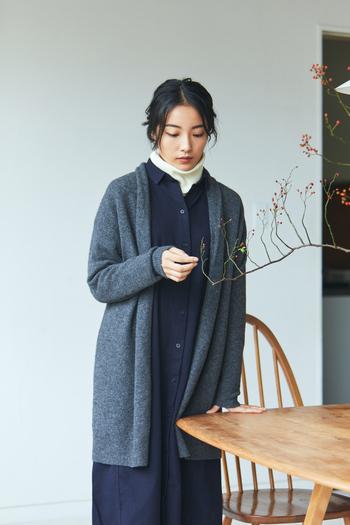 柔らかく、優しく纏うロングカーディガン。ヤク入りブークレの質感そのままに、すとんと落ちるシルエットが、フェミニンなスタイリングにぴったり。ガウンタイプだから、シーン問わずさらりと羽織えるのが嬉しい。