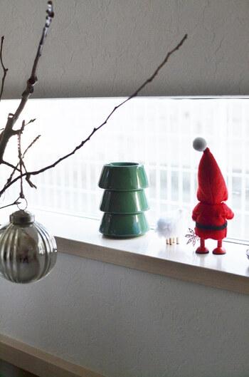 小振りなお人形だから、小さな窓辺にも置くことができます。お家からはかわいらしい後姿、外からは表を覗くサンタとしてクリスマスを演出してくれます。