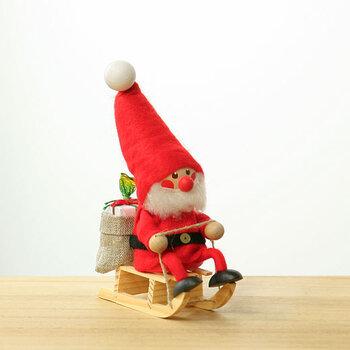 サンタの格好をしていたり、小さな女の子と男の子の格好をしている人形などポーズは様々あります。どれも冬らしいクリスマス感溢れる趣です。