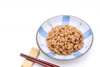 大豆を発酵して作られる納豆。大豆そのもののパワーをダイレクトに摂取できるので、とてもおすすめの食材です。水溶性と不溶性の食物繊維をバランスよく含み、他にもイソフラボンやビタミンE、ミネラル、カルシウムなど栄養が豊富なので積極的に取り入れたいですね。