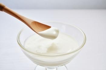 便秘改善というと一番に思い浮かべる人も多いヨーグルト。腸内環境のバランスを整えると言われる乳酸菌を効率的に摂ることができます。