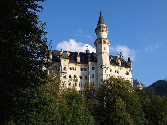 フュッセン郊外の森と湖に囲まれた山間部に静かに佇む白亜の城、ノイシュヴァンシュタイン城は、バイエルン国王、ルードリッヒ2世の名によって築かれた城です。「白鳥城」とも異名を持つノイシュヴァンシュタイン城の姿は、私たちがイメージするおとぎ話に登場する城のイメージそのものです。