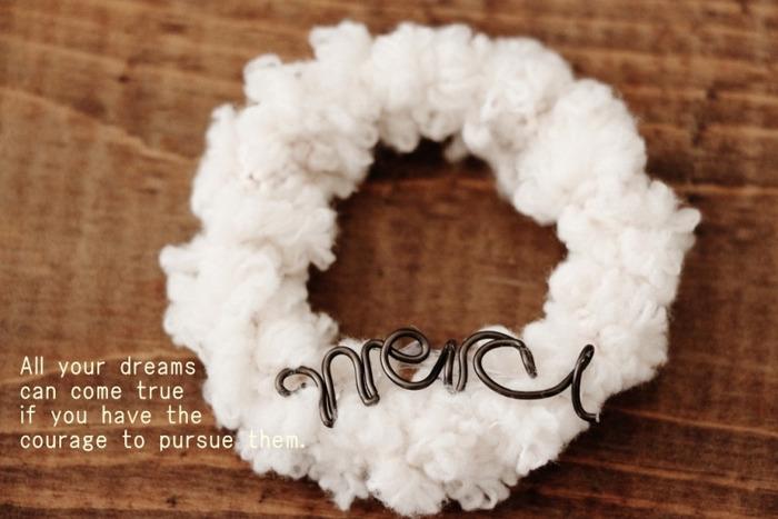 こちらのリースはセリアの「ぷくぷくのモール」という毛糸を使って作ったリース。冬にぴったりなリースですね!