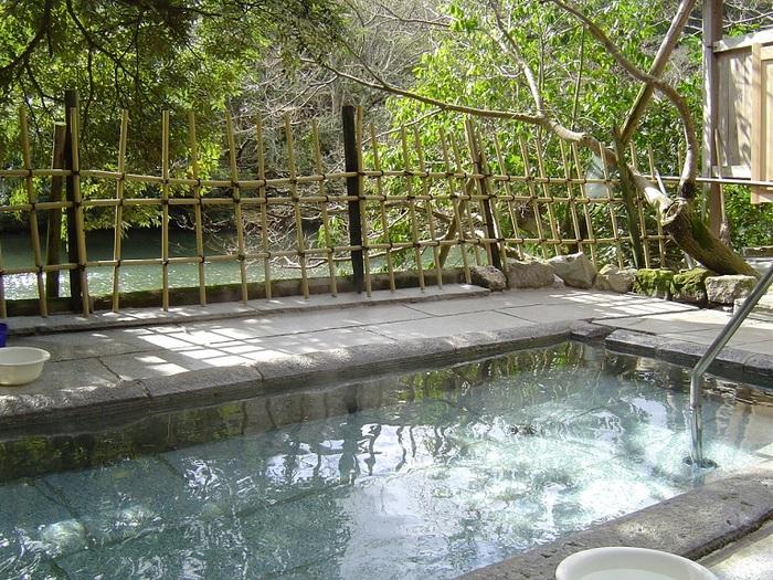 池に面した場所には自家源泉の露天風呂もありますよ。こちらは無色透明でアルカリ度の高い美肌湯として人気。日帰りでも利用できるので、観光の途中に立ち寄るのもおすすめです。
