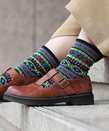 """ネイビーやブラウンなど、寒い季節にはダークトーンのお洋服が気になりますよね。でも全ての服を暗くしてしまうと、全体的に重たい印象になってしまいがち。そこでおすすめなのが、カラフルな靴下でワンアクセントを上手にプラスするスタイリングです。  今回はそんなワンポイントに使える、素敵なカラー・デザインの""""お目立ちソックス""""をご紹介します。"""