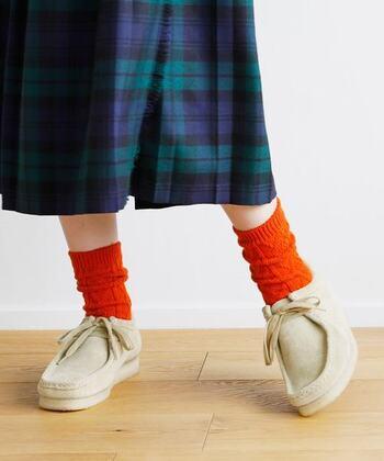 カラフルなデザイン・カラーの靴下は、シンプルコーデをグッとおしゃれに格上げしてくれる優秀アイテム。ぜひマンネリしがちな定番コーデに取り入れて、華やかなアクセントをプラスしてみてくださいね♪