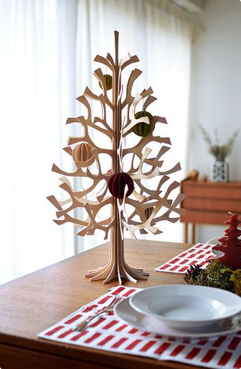 フィンランドの白樺100%で作られたクリスマスツリーです。工具や糊も使わずに組み立てることができ、オフシーズンはコンパクトに。60cmはテーブルに置いても良いサイズ。飾りは別売りです。