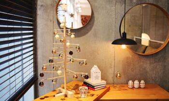 スロベニア産のブナと松で作られたクリスマスツリーは、直線的な組み立てがスタイリッシュで都会的。大人のインテリアにマッチします。