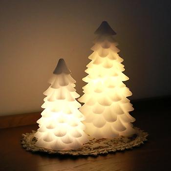 デンマークを代表するインテリアブランドのクリスマスツリー型のLEDキャンドルです。明かりを灯せばほっと落ち着く空間に。昼間は白く、爽やかなオブジェになります。