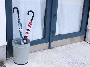 ランドリー用品の収納に使ったり、傘立てとして使ったり。丈夫でシンプルだから、ゴミ箱としてだけでなく日常のさまざまなシーンで活躍しそうですね。