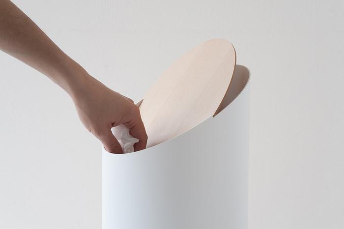 余計な装飾が一切ない、シンプルなデザイン。軽い力で開き、静かに閉まる蓋部分は、取り外すことができるからお手入れも簡単。リビングにさりげなく置いておくだけでオブジェのような、存在感あるお洒落なゴミ箱です。