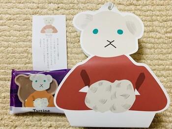「ニコル」は、秋から春にかけて大活躍する熊のキャラクター。クリスマスやバレンタインなどのイベントが大好きなのだそう。焼き菓子「ニコル」は、最中の皮にチョコレートが入ったお菓子です。