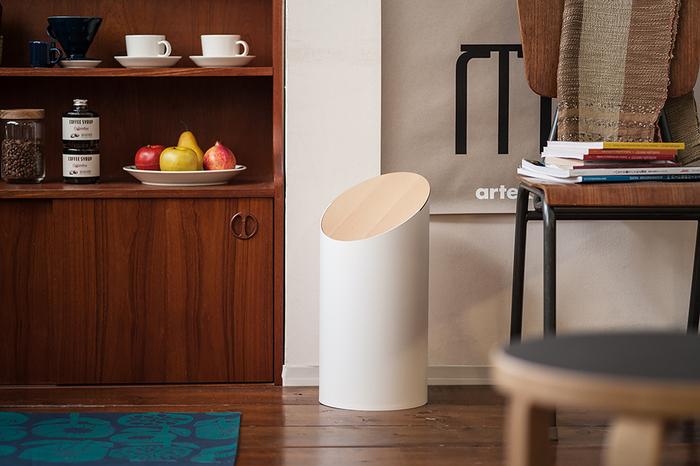 暮らしの中にある日用品の新しいスタンダードを提案し、ハイセンスなインテリア雑貨を生み出している福井発の「MOHEIM(モヘイム)」。オブジェのように美しい佇まいの「スウィングビン」は、ゴミ箱に対する従来のイメージをガラリと変えてくれます。