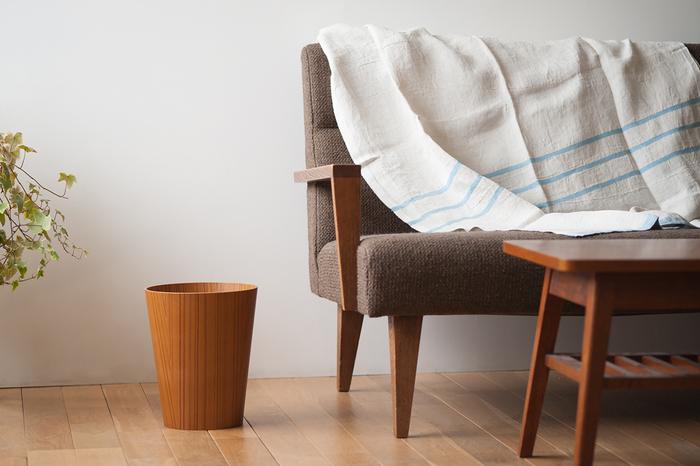 プライウッドと呼ばれる、薄い木の板を重ね圧縮した成形合板を使用した「SAITO WOOD(サイトーウッド)」のダストボックス。天然木の持つ素朴さや温かみを活かしつつ、薄くて軽いのが特徴です。