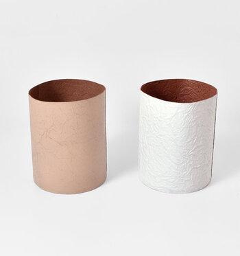 メイドインジャパンならではの高い技術で、上質なレザーを使ってさまざまなアイテムを発信し続ける革小物のブランド 「irose(イロセ)」。こちらの「ペーパートラッシュバスケット」は、牛革に型押しを施した、紙のような風合いのダストボックス。