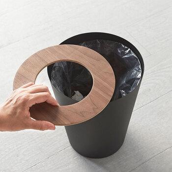 捨てたごみの目隠しにもなるフタ付き。内側にはゴミ袋用ストッパーリングも付属しているので、日常でとても使いやすい機能的なコミ箱です。