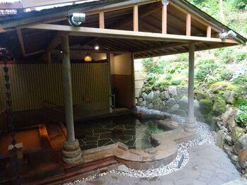 六甲山を越えたところにあるのが有馬温泉。こちらもロープウェイで結ばれています。山の自然と温泉をのんびりと楽しむコースをご紹介します。