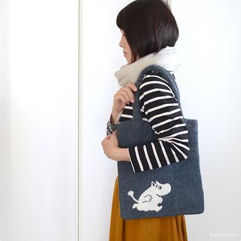 こちらはポーチと同じシリーズのフェルトバッグです。気持ちのいいモコモコ具合が、中の荷物を衝撃からも守ってくれます。冬バッグとして使うだけでなく、タブレットや小型のノートパソコン用ケースにも便利なサイズですよ。