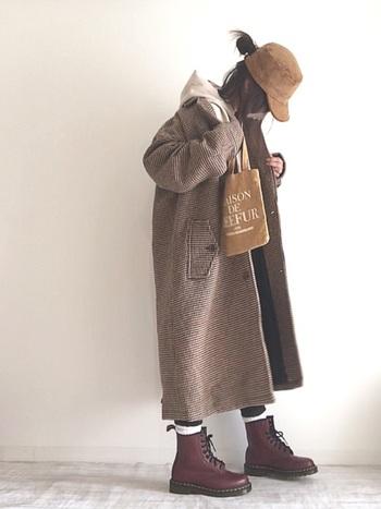 オーバーサイズ気味なチェスターコートと編み上げブーツがコケティッシュで可愛いスタイル。ベージュのキャップが全体を調和しつつもいいアクセントになっています。