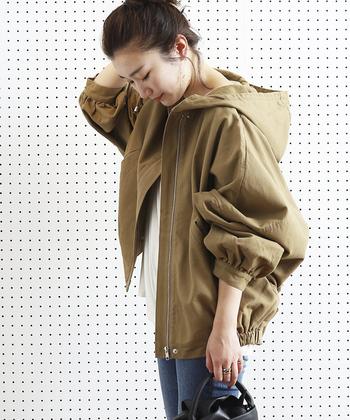 ブルゾン(blouson)とは、英語のジャンパーを意味するフランス語のことで、裾をゴムやベルトで絞って身頃をふくらませた活動的なジャケットという意味があります。ブランドやメーカーによっては、腰までの丈のアウターをブルゾンと呼ぶところもあり、厳密に定められているわけではないようです。 1980年代以降、仕事着的な意味合いの強かったジャンパーに代わり、洗練されたニュアンスをもたせてブルゾンという言葉が使われるようになっていったそうです。
