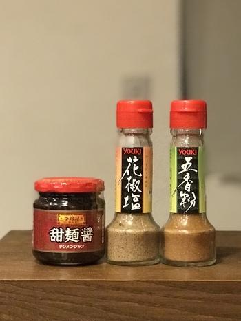※筆者撮影  甘くてとろみのある「甜麺醤(テンメンジャン)」、中国の山椒の粉末に塩を加えた調味料「花椒塩(ホワジャオイエン)」。これらも輸入食品を取り扱うお店などで手に入ります。お値段も比較的お安いので、台湾料理をおうちで作る際に用意しておくと、料理がぐっと本格的になりますよ。