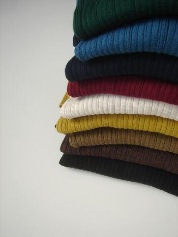 ワンシーズン何着の服があればいいかは、人それぞれです。着ていく場所、服の素材、洗濯の頻度、考え方や価値観によっても、正解は異なるからです。「トップス3、ボトムス3、はおりもの3」というように、ワンシーズンの軸となる服を決め、あなたの暮らし方に合わせて調整していくとよいでしょう。