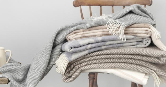 テキスタイルとは、大まかに言うと「織物、あるいはその絵柄や素材のこと」です。一方、マフラーやセーターなどでお馴染みのニットは「編物」に分類されるため、厳密にはテキスタイルの中に含まれません。 とはいえ、最近では「織物」と「編物」の長所を融合して、丈夫さと伸縮性を兼ね備えた生地もいろいろ開発されています。布素材の進化によって、テキスタイルの幅や自由度はこれからもさらに広がっていくのかもしれませんね。
