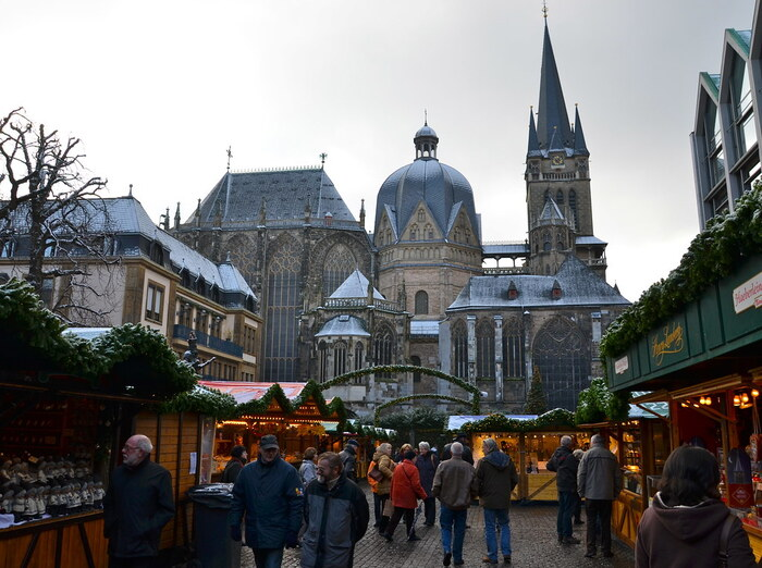 そんなアーヘン大聖堂の目の前にはなんと約130店舗以上もの露店が広がる賑やかなクリスマスマーケットが楽しめます♪ドイツのクリスマスマーケットということで、ソーセージやポテトなどこのシーズンには嬉しいグルメがいっぱいあるのも特徴的です◎
