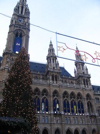 ウィーンのクリスマスマーケットは、とにかく煌びやか♡黄金に輝くウィーン市庁舎を目の前にたくさんの露店!そして、巨大なもみの木のツリーはクリスマス気分を倍増させてくれます♪