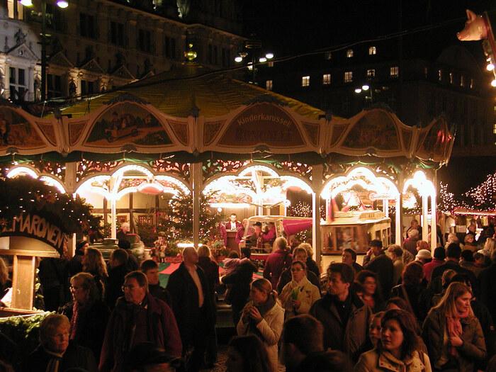 コンパクトなクリスマスマーケットではありますが、子供が喜ぶミニ遊園地もありますので、子連れでクリスマスマーケットを楽しむこともできちゃいます♪ホットワイン片手に回るクリスマスマーケットは格別ですよ♡