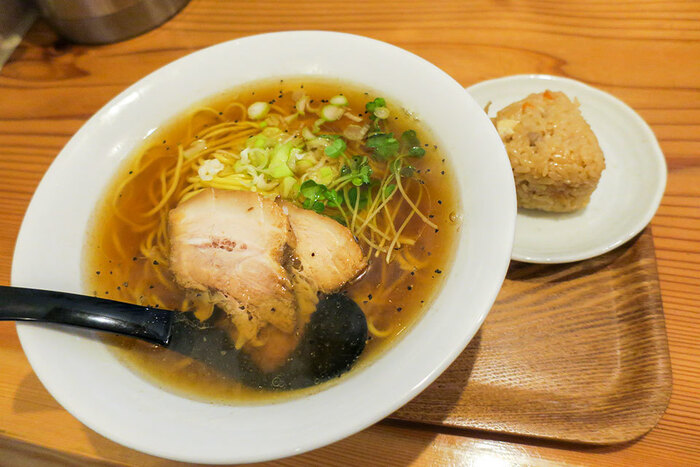 子どもでも安心して食べられる醤油スープ、がモットーの「佐渡友」。豚骨ラーメンの聖地、福岡博多のラーメンとは一線を画する魚介と醤油が香る一杯がいただけます。